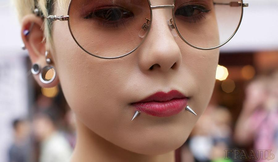Пирсинг губы в салоне Грааль